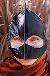 Femme bedouine du desert de Wahiba s'etendant sur 10 000 km2 au sud de Mascate portant le masque traditionnel. Sultanat d'Oman. Moyen OrientSultanat d'Oman. Moyen Orient.