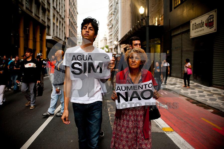 SAO PAULO, SP, 23.01.2015 - O MPL organizou o 4ºAto contra o aumento de passagens, dessa vez saindo do Teatro Municipal em direção ao centro. No final do ato, quando o marcha passava ao lado do Teatro Municipal, houve confroto com a polícia. Nessa sexta, 23 ( Gabriel Soares/ Brazil Photo Press)