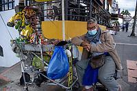 ARMENIA - COLOMBIA, 21-06-2021: Don Torres, vendedor ambulante sigue trabajando en medio de la pandemia de coronavirus en Bogotá, Colombia. Según el último informe oficial del Ministerio de Salud y Protección Social, Colombia registra 99.934 víctimas del COVID-19. Con más de 500 fallecidos en las últimas 24 horas el país espera llegar a las 100.000 víctimas hoy. / Mr Torres, street vendor, continues working amid the coronavirus pandemic in Bogotá, Colombia. According to the latest official report from the Ministry of Health and Social Protection, Colombia registers 99,934 victims of COVID-19. With more than 500 deaths in the last 24 hours, the country expects to reach 100,000 victims today. Photo: VizzorImage / Santiago Castro / Cont