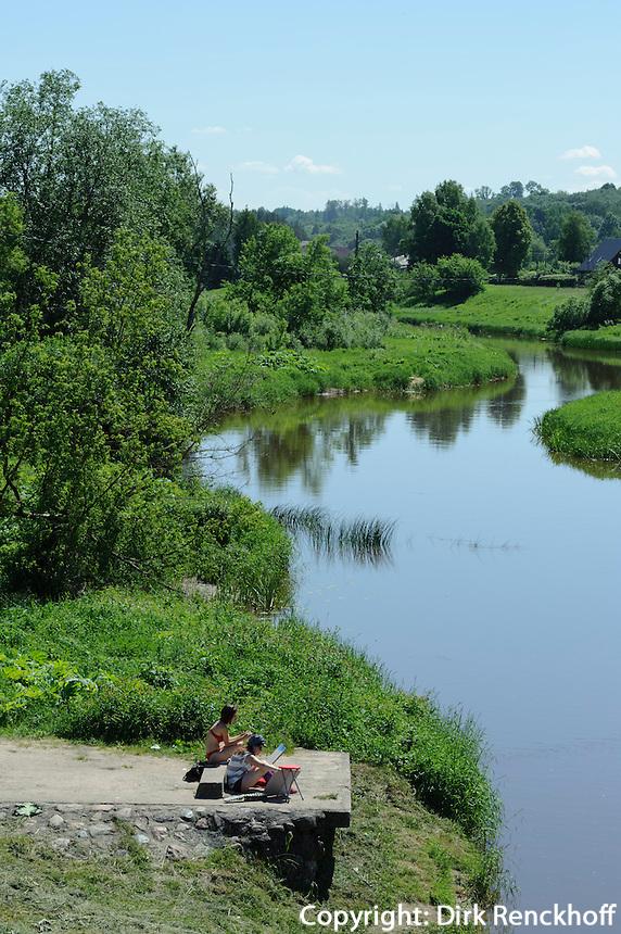 Malerinnen am Fluss Abava in Sabile, Lettland, Europa