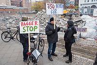 """Unter dem Motto """"Kein Hotelneubau in Kreuzberg36!"""" protestierten am Samstag den 24. November Anwohnerinnen und Anwohner gegen den geplanten Bau eines Hotels mit Shopping Mall in der Skalitzerstrasse, unweit des Kottbusser Tor.<br /> Der Betreiber der Hasir-Restaurants will einen achtstoeckigen Hotel- und Hostel-Komplex mit bis zu 750 Betten, eigenem Busanreiseparkplatz und Shopping Mall errichten. Die Anwohner wehren sich dagegen, dass ihr Kiez immer mehr zur """"Spielwiese fuer den Massentourismus"""" wird, es gebe mittlerweile """"schon neun Hotels und Hostels in der Gegend"""". Zudem kauft der Hasir-Betreiber laut Aussagen von Anwohnern seit Jahren Haeuser auf und erhoeht dann massiv die Mieten, was zur Verdraengung der Anwohner und alteingesessenen Gewerbetreibenden fuehrt.<br /> Im Bild: Der Protest vor der Hotelbaustelle.<br /> 24.11.2018, Berlin<br /> Copyright: Christian-Ditsch.de<br /> [Inhaltsveraendernde Manipulation des Fotos nur nach ausdruecklicher Genehmigung des Fotografen. Vereinbarungen ueber Abtretung von Persoenlichkeitsrechten/Model Release der abgebildeten Person/Personen liegen nicht vor. NO MODEL RELEASE! Nur fuer Redaktionelle Zwecke. Don't publish without copyright Christian-Ditsch.de, Veroeffentlichung nur mit Fotografennennung, sowie gegen Honorar, MwSt. und Beleg. Konto: I N G - D i B a, IBAN DE58500105175400192269, BIC INGDDEFFXXX, Kontakt: post@christian-ditsch.de<br /> Bei der Bearbeitung der Dateiinformationen darf die Urheberkennzeichnung in den EXIF- und  IPTC-Daten nicht entfernt werden, diese sind in digitalen Medien nach §95c UrhG rechtlich geschuetzt. Der Urhebervermerk wird gemaess §13 UrhG verlangt.]"""