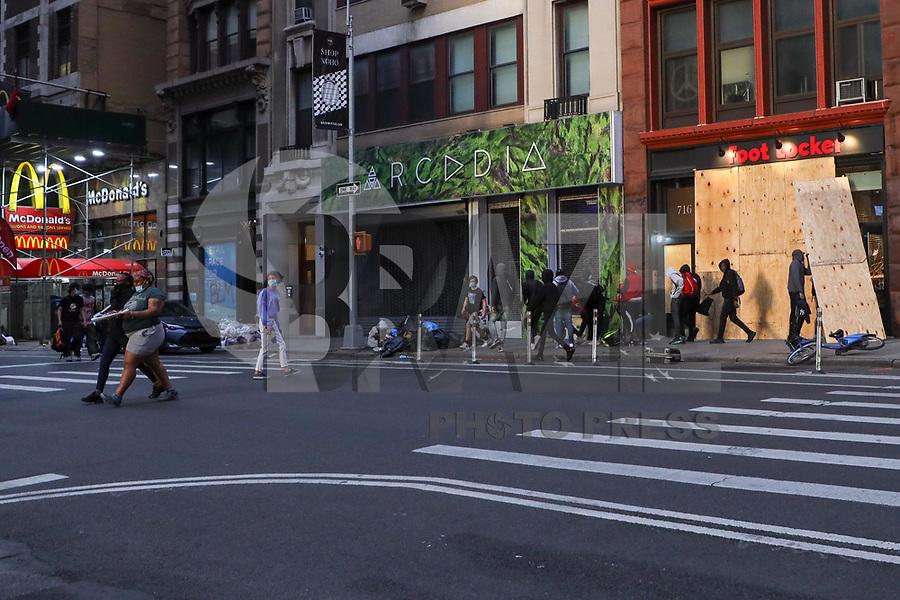 NOVA YORK, EUA, 02.06.2020 - PROTESTO-EUA - Saqueadores são vistos em uma loja de tenis durante os  protestos no Soho na cidade de Nova York nos Estados Unidos nesta terça-feira, 02. Protestos em todo o país foram motivados depois da morte de George Floyd no dia 25 de maio, após de ser asfixiado por 8 minutos e 46 segundos pelo policial branco Derek Chauvin em Minneapolis, no estado de Minnesota.(Foto: William Volcov/Brazil Photo Press/Folhapress)