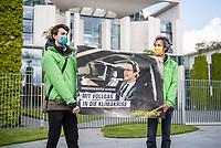 Anlaesslich des Corona-Autogipfel der Bundeskanzlerin mit Vertretern der Autoindustrie am 5. Mai 2020 protestierten Mitglieder von Fridays for Future, der Dienstleistungsgewerkschaft ver.di, campact!, Greenpeace (im Bild) und anderen Umweltorganisationen vor dem Kanzleramt gegen Praemien zum Kaufanreiz fuer Neuwagen. Sie forderten finanzielle Unterstuetzung an eine nachhaltige und sozial gerechte Verkehrspolitik zu koppeln.<br /> 5.5.2020, Berlin<br /> Copyright: Christian-Ditsch.de<br /> [NUR FUER REDAKTIONELLE ZWECKE! Werbung nur auf Anfrage beim Fotografen. Inhaltsveraendernde Manipulation des Fotos nur nach ausdruecklicher Genehmigung des Fotografen. Vereinbarungen ueber Abtretung von Persoenlichkeitsrechten/Model Release der abgebildeten Person/Personen liegen nicht vor. NO MODEL RELEASE! Don't publish without copyright Christian-Ditsch.de, Veroeffentlichung nur mit Fotografennennung, sowie gegen Honorar, MwSt. und Beleg. Konto: I N G - D i B a, IBAN DE58500105175400192269, BIC INGDDEFFXXX, Kontakt: post@christian-ditsch.de<br /> Bei der Bearbeitung der Dateiinformationen darf die Urheberkennzeichnung in den EXIF- und  IPTC-Daten nicht entfernt werden, diese sind in digitalen Medien nach §95c UrhG rechtlich geschuetzt. Der Urhebervermerk wird gemaess §13 UrhG verlangt.]