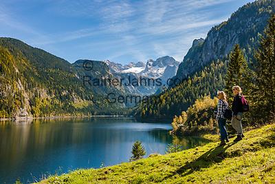 Austria, Upper Austria, Salzkammergut, Gosau: hiking at Gosau Lake with Dachstein mountains and Great Gosau Glacier | Oesterreich, Oberoesterreich, Salzkammergut, Gosau: wandern am vorderen Gosausee vorm Dachsteingebirge mit dem Grossen Gosaugletscher
