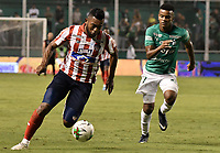 PALMIRA - COLOMBIA, 28-01-2020: Jhon Vasquez del Cali disputa el balón con Miguel Borja de Junior durante partido entre Deportivo Cali y Atlético Junior por la fecha 2 de la Liga BetPlay DIMAYOR I 2020 jugado en el estadio Deportivo Cali de la ciudad de Palmira. / Jhon Vasquez of Cali vies for the ball with Miguel Borja of Junior during match between Deportivo Cali and Atletico Junior for the date 2 as part of BetPlay DIMAYOR League I 2020 played at Deportivo Cali stadium in Palmira city. Photo: VizzorImage / Gabriel Aponte / Staff