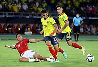 BARRANQUILLA – COLOMBIA, 09-09-2021: Daniel Muñoz de Colombia (COL) y Nicolas Diaz de Chile (CHI) disputan el balon durante partido entre los seleccionados de Colombia (COL) y Chile (CHI), de la fecha 9 por la clasificatoria a la Copa Mundo FIFA Catar 2022, jugado en el estadio Metropolitano Roberto Melendez en la ciudad de Barranquilla. / Daniel Muñoz of Colombia (COL) and Nicolas Diaz of Chile (CHI) vie for the ball during match between the teams of Colombia (COL) and Chile (CHI), of the 9th date for the FIFA World Cup Qatar 2022 Qualifier, played at Metropolitan stadium Roberto Melendez in Barranquilla city. Photo: VizzorImage / Jairo Cassiani / Cont.