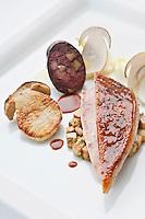 Europe/France/Bretagne/29/Finistère/Carantec:    Suprême de pintade fermière, boudin de cuisse aux châtaignes, cèpes du pays. Recette de Patrick Jeffroy  -  Restaurant: Patrick Jeffroy - Hôtel de Carantec