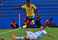 MONTEVIDEO - URUGUAY - 29-01-2015: Juan Otero (Izq.) jugador de Colombia, disputa el balón con Facundo Cardozo (Der.) de Argentina durante partido del Sudamericano Sub 20 entre los seleccionados de Colombia y Argentina en el estadio Parque Central de la ciudad de Montevideo. / Juan Otero (L) player of Colombia, fights for the ball with Facundo Cardozo (R) player of Argentina, during the match for the Sudamericano U 20 between the teams of Colombia and Argentina in the Parque Central stadium in Montevideo city,  Photo: Andres Gomensoro  / Photosport / VizzorImage.