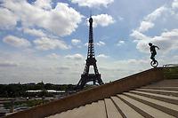 Giovane in monociclo a Parigi , jeune en monocycle parcourent paris, young  in Paris with a unicycle, Tour Eiffel sullo sfondo