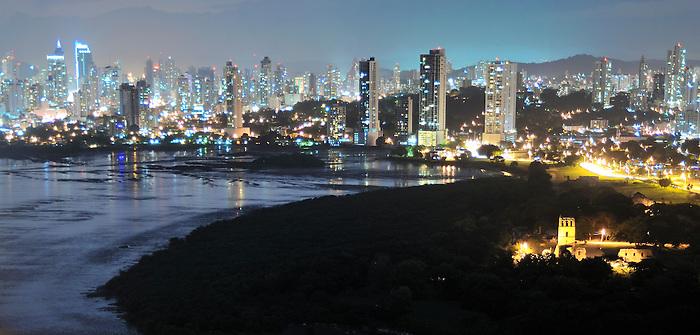 Metrópolis / Panamá Viejo y Ciudad de Panamá / Panamá.<br /> <br /> Edición de 3   Víctor Santamaría.