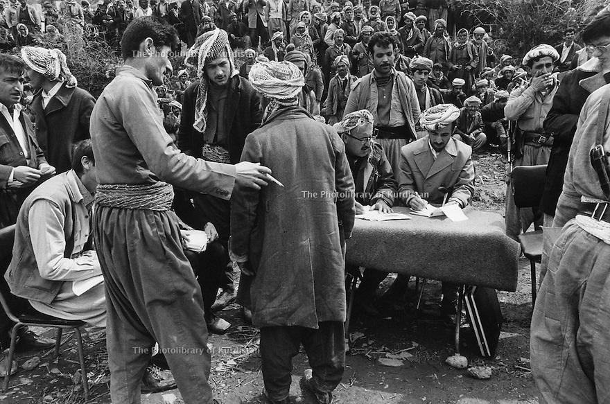 Iraq 1974 <br /> The resumption of hostilities,refugees,coming from the plains having a medical check up  in Nawpurdan  <br /> Irak 1974 <br /> La reprise de la lutte armée, par milliers des Kurdes volontaires passent une visite médicale a Nawpurdan