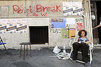 Roma, 10 Luglio 2009.Pigneto,Via Fortebraccio .Palazzina abbandonata occupata da un gruppo di studenti e trasformata in studentato..Una ragazza studia.Rome, July 10, 2009.Abandoned building occupied by a group of students and transformed in a  student's home..