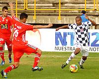 TUNJA -COLOMBIA, 01-03-2014. Hugo Bolaños (Izq) de Patriotas FC disputa el balón con Luis Hernando Mena (der) del Boyacá Chicó FC durante partido válido por la fecha 9 de la Liga Postobón I 2014 realizado en el estadio La Independencia en Tunja./ Hugo Bolaños (L) of Patriotas FC struggles the ball with Luis Hernando Mena (R) of Boyaca Chico FC during match valid for the 9th date of Postobon  League I 2014 at La Libertad stadium in Tunja. Photo: VizzorImage/Jose Miguel Palencia/STR
