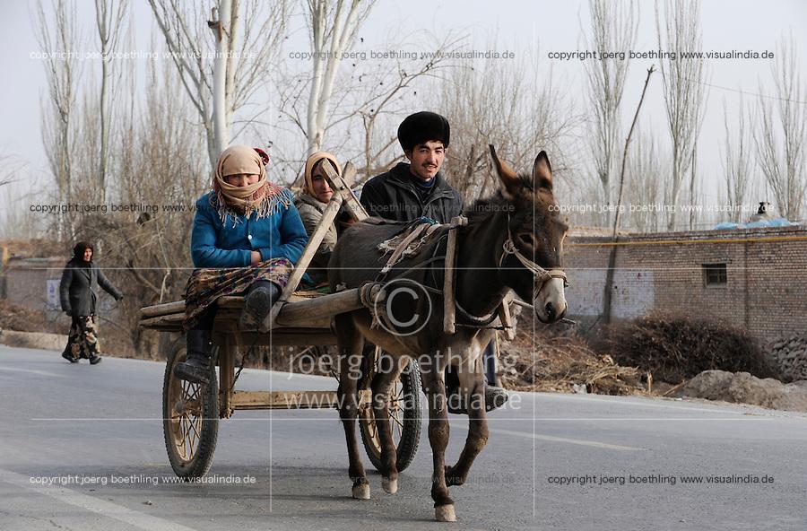 CHINA, province Xinjiang, market day in uighur village Jin Erek near city Kashgar where uyghur people are living / CHINA Provinz Xinjiang , Markttag in Jin Erek einem uigurischen Dorf bei Stadt Kashgar, hier lebt das Turkvolk der Uiguren , die sich zum Islam bekennen, Anreise per Eselskarren