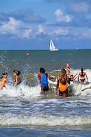 jugendliche Immigranten und Belgier baden gemeinsam am Strand von Oostende, Flandern, Belgien