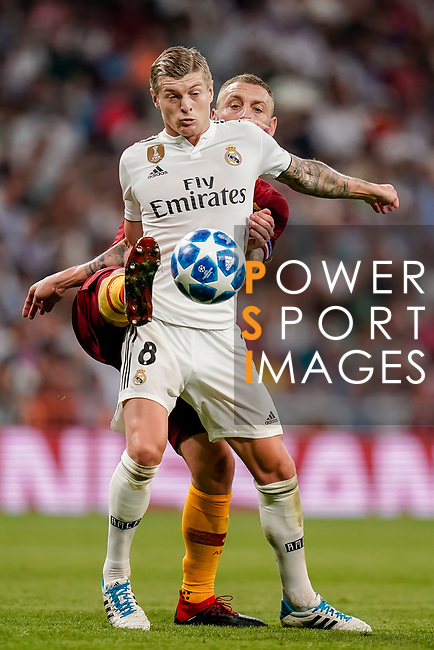 Toni Kroos of Real Madrid (front) fights for the ball with Daniele De Rossi of Roma (back) during the UEFA Champions League 2018-19 match between Real Madrid and Roma at Estadio Santiago Bernabeu on September 19 2018 in Madrid, Spain. Photo by Diego Souto / Power Sport Images
