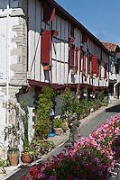 Europe/France/Aquitaine/64/Pyrénées-Atlantiques/Pays-Basque/La Bastide-Clairence: Facade des maisons labourdines de la rue Jésus