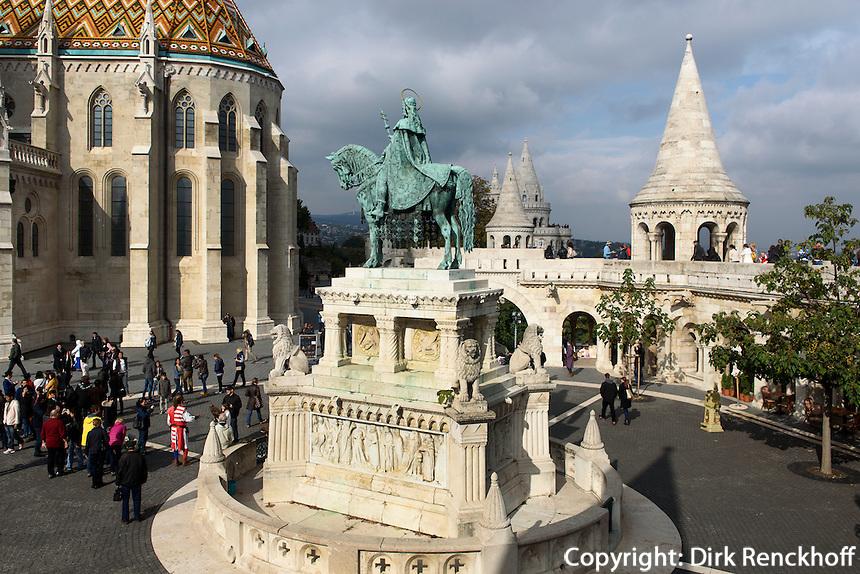 Statue des hl. Stephan vor Matthiaskirche, Mátyás templon und Fischerbastei auf dem Burgberg in Buda, Budapest, Ungarn , UNESCO-Weltkulturerbe