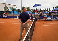 Amstelveen, Netherlands, 1 August 2020, NTC, National Tennis Center, National Tennis Championships, Umpire Rob Mulder (NED) ready for the toss before the womans final