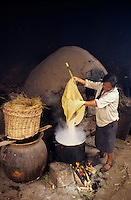 Amérique/Amérique du Sud/Pérou/Env d'Urubamba : L'Acienda a Yaraulca - Cuisson du maïs pour la chicha la boisson nationale