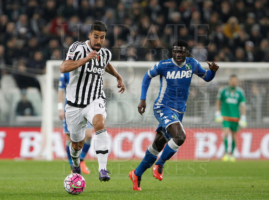 Calcio, Serie A: Juventus vs Sassuolo. Torino, Juventus Stadium, 11 marzo 2016. <br /> Juventus' Juan Cuadrado, left, is chased by Sassuolo's Alfred Duncan during the Italian Serie A football match between Juventus vs Sassuolo, at Turin's Juventus Stadium, 11 March 2016.<br /> UPDATE IMAGES PRESS/Isabella Bonotto