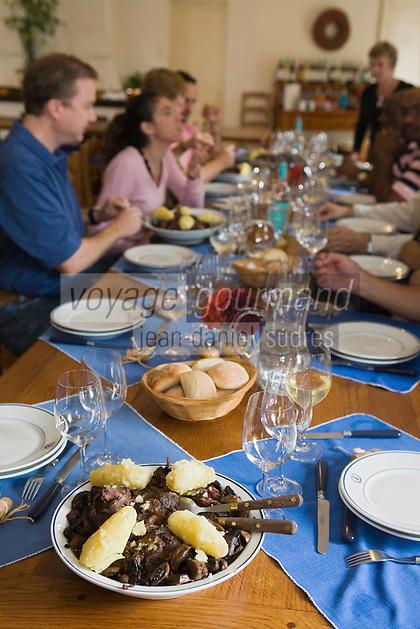 Europe/France/Aquitaine/33/Gironde/Saint-Yzans-de-Médoc: Château  Loudenne, Médoc Cru Bourgeois- Repas des vendangeurs dans la Cuisine des Vendanges et  ses cuivres