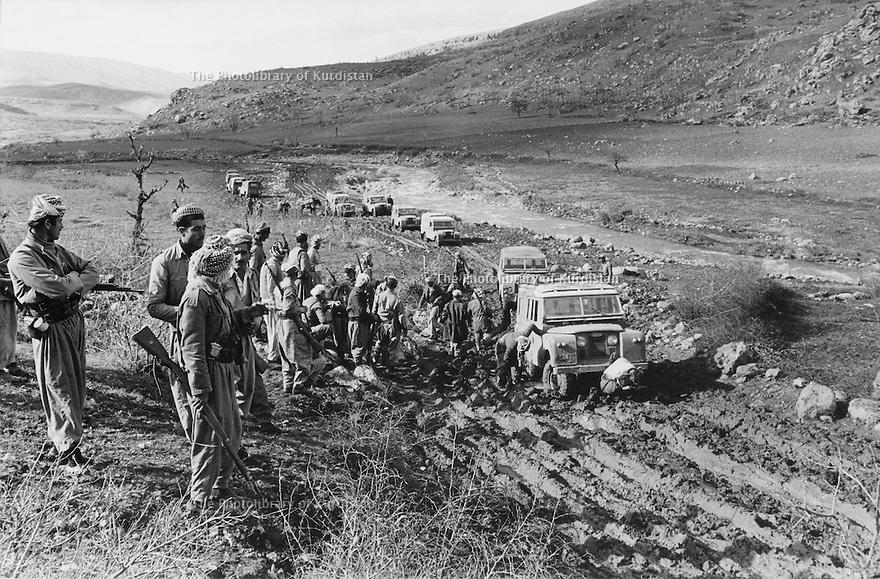 Iraq 1974 <br /> The resumption of hostilities, transport of officials by Land Rover on a muddy track  <br /> Irak 1974 <br /> La reprise de la lutte armée, transport d'officiels sur des chemins boueux