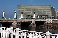 Europe/Espagne/Guipuscoa/Pays Basque/Saint-Sébastien: Le Kursaal - Architecte: Rafael Monéo sur le rio Urumea  - Palais des Congres et Auditorium Kursaal