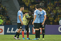 BUCARAMANGA - COLOMBIA, 09-02-2020: Jugadores  de Uruguay consuelan a Edwuin Cetre de Colombia después del partido entre Colombia U-23 y Uruguay U-23 por el cuadrangular final como parte del torneo CONMEBOL Preolímpico Colombia 2020 jugado en el estadio Alfonso Lopez en Bucaramanga, Colombia. / Players of Uruguay comfort to Edwuin Cetre after the match between Colombia U-23 and Uruguay U-23 of for the final quadrangular as part of CONMEBOL Pre-Olympic Tournament Colombia 2020 played at Alfonso Lopez stadium in Bucaramanga, Colombia. Photo: VizzorImage / Jaime Moreno / Cont