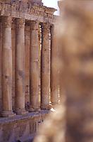 LIBANO A circa 90 km da Beirut, nella valle della Bekaa, si trova il sito di Baalbek, luogo dedicato al dio fenicio Baal, in seguito dai greci denominata Eliopolis (città del sole) e divenuta poi in epoca romana (Colonia Julia Felix)  luogo di culto di Giove.Impressionante l'acropoli, di cui fanno parte i templi di Giove , del cui portico restano solo 6 imponenti colonne di oltre 20 metri di altezza, il tempio di Bacco, con belle decorazioni e il tempio di Venere, divenuto basilica in periodo cristiano. Nei pressi delle rovine sorge il Museo  della Liberazione Palestinese (dal 1975 la zona è il quartier generale degli hezbollah). Vista su un lato del tempio di Bacco.