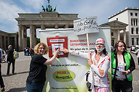 """Pflege in Bewegung - Bundesweite Gefaehrdungsanzeige.<br /> Am Freitag den 12. Mai fand in Berlin zum """"Internationaler Tag der Pflege"""" die Abschlussveranstaltung der Aktionskampagne """"bundesweite Gefaehrdungsanzeige"""" am Brandenburger Tor statt.<br /> Neben Redebeitraegen von Politik gab es es Statements von Initiatoren der Kampagne und Aktivisten der Pflegeszene, sowie Politiker der Linkspartei, der SPD und der Gruenen. Erstmals wurde das Strategiepapier """"Zukunft(s)Pflege"""" oeffentlich vorgestellt.<br /> Im Anschlus wurden ueber 8.500 Unterschriften im Bundesgesundheitsministerium uebergeben.<br /> Im Bild: Kundgebungsteilnehmer dreucken den Pflegenotstand-Notrufknopf.<br /> 12.5.2017, Berlin<br /> Copyright: Christian-Ditsch.de<br /> [Inhaltsveraendernde Manipulation des Fotos nur nach ausdruecklicher Genehmigung des Fotografen. Vereinbarungen ueber Abtretung von Persoenlichkeitsrechten/Model Release der abgebildeten Person/Personen liegen nicht vor. NO MODEL RELEASE! Nur fuer Redaktionelle Zwecke. Don't publish without copyright Christian-Ditsch.de, Veroeffentlichung nur mit Fotografennennung, sowie gegen Honorar, MwSt. und Beleg. Konto: I N G - D i B a, IBAN DE58500105175400192269, BIC INGDDEFFXXX, Kontakt: post@christian-ditsch.de<br /> Bei der Bearbeitung der Dateiinformationen darf die Urheberkennzeichnung in den EXIF- und  IPTC-Daten nicht entfernt werden, diese sind in digitalen Medien nach §95c UrhG rechtlich geschuetzt. Der Urhebervermerk wird gemaess §13 UrhG verlangt.]"""