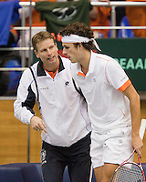04-03-11, Tennis, Oekraine, Kharkov, Daviscup, Oekraine - Netherlands, Robin Haase  wordt opgepept door captain Jan Siemerink