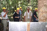 A Ministra Alemã Heidemarie Weczorek, acompanhada de jornalistas, conhece a área do projeto da Mil Madeireiras Itacoatiara, a primeira a trabalhar com manejo sustentável, financiada por investidores suiços.<br /> Itacoatiara, Amazonas, Brasil<br /> 26/05/2000. Foto Paulo Santos/