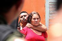 Belem, Pará, Brasil..Uma traficante de nome Alex José dos Santos de 32 anos invadiu uma residência e fez uma senhora refém,  quando fugia do cerco policial após trocar tiros com os PMs, encontrou facilidade de entrar na casa no Bairro Parque Verde/Belém/PA. Depois de longa negociação se entregou, em sua residência foi encontrada grande quantidade de drogas, um parceiro que estava entre os populares  foi reconhecido por policiais e também foi preso conhecido como Paulista_Carlos Augusto Garcia de Souza é apontado como soldado de Alex  .12/08/2015. Foto: Ney Marcondes.<br /> Belém, Pará, Brasil.<br /> Foto Ney Marcondes<br /> 12/08/2015