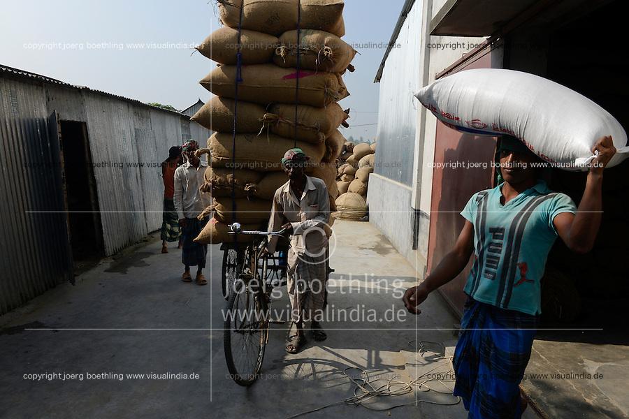 BANGLADESH Tangail, worker transport paddy in jute bags with bicycle rikshaw from rice mill near Kalihati / BANGLADESCH Arbeiter transportieren Jutesaecke mit Reis von einer Reismuehle