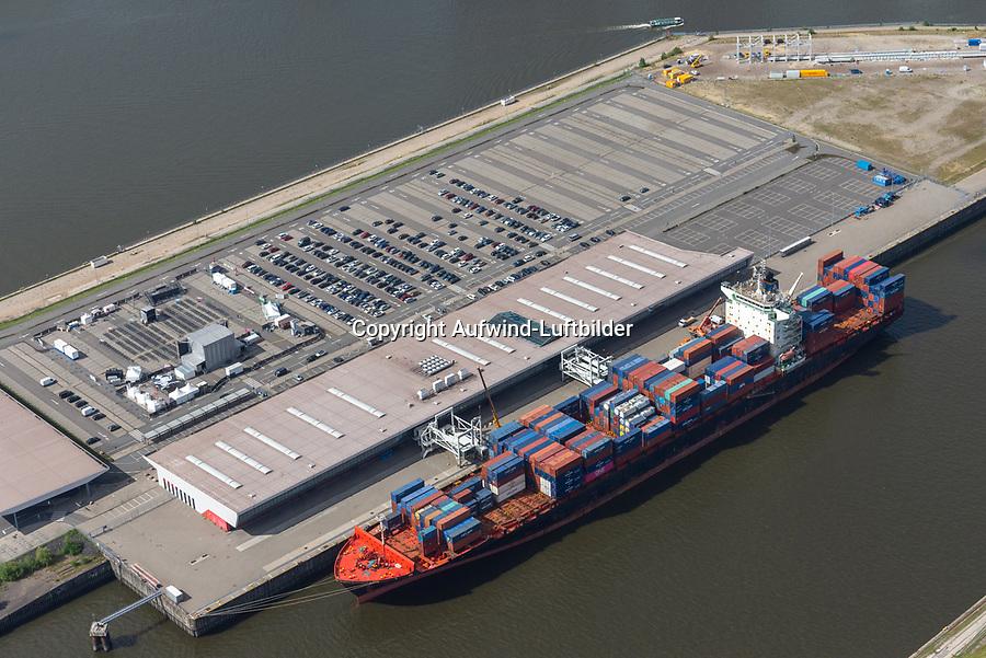 Containerschiff an Kreuzfahrtterminal