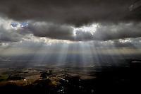 Sonnenstrahlen: EUROPA, DEUTSCHLAND, MECKLENBURG- VORPOMMERN,  (EUROPE, GERMANY), 19.03.2011: Die sonne faellt durch dunkle Wolken.  Sun beams are seen shining through dark clouds. - Stichworte: Deutschland, Mecklenburg Vorpommern,  Symbol, Symbole, Symbolbild, symbolisch, Licht, Sonnenlicht, Strahlen, Strahl, Sonnenstrahl, Sonnenstrahlen, Atmosphaere, scheinen, durchscheinen, schwarz, schwarze, dicke, Wolke, Himmel,   weite, weit, Luft, Fruehling, Wetter, leuchtend, leuchtet, klar, scheint, Besserung, Hoffnung, Hoffnungsstrahl, Hoffnungsschein, Zeichen, Hoffnungszeichen, Veraenderung, hinter, zeigt, zeigen, sich, untergehen, Sonnenschein, Glaube, Besserung, Genesung, Heilung, Zukunft, helles, helle, Nacht, morgen, Sonnenaufgang, Schein, Strahl, Lichtschein, lichtstrahl, Lichtstrahlen, fallen, faellt, durchdringen, Jahreszeit, Depression, Ende, am, zu, Gemuet, Aufhellung, Aufwind-Luftbilder,  Aufwind Luftbilder.c o p y r i g h t : A U F W I N D - L U F T B I L D E R . de.G e r t r u d - B a e u m e r - S t i e g 1 0 2, .2 1 0 3 5 H a m b u r g , G e r m a n y.P h o n e + 4 9 (0) 1 7 1 - 6 8 6 6 0 6 9 .E m a i l H w e i 1 @ a o l . c o m.w w w . a u f w i n d - l u f t b i l d e r . d e.K o n t o : P o s t b a n k H a m b u r g .B l z : 2 0 0 1 0 0 2 0 .K o n t o : 5 8 3 6 5 7 2 0 9.V e r o e f f e n t l i c h u n g  n u r  m i t  H o n o r a r  n a c h M F M, N a m e n s n e n n u n g  u n d B e l e g e x e m p l a r !.