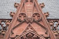 """Die Katharinenkirche in Oppenheim.<br /> Die Kirche gilt als eine der bedeutendsten gotischen Kirchen am Rhein zwischen Strassburg und Koeln. Ihre Errichtung erfolgte in Abschnitten im 13., 14. und 15. Jahrhundert.<br /> Die Kirche ist unteranderem fuer ihre Bleiglassfenster beruehmt, von denen viele noch im Original erhalten sind; so auch Fenster der """"Oppenheimer Rose"""".<br /> Bei Renovierungsarbeiten im Jahr 1959 wurde in einem Wimperg an der Suedseite ein Portrait des damaligen Bundespraesidenten Theodor Heuss angebracht (im Bild).<br /> 30.8.2021, Oppenheim<br /> Copyright: Christian-Ditsch.de"""