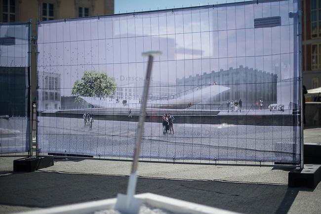Symbolischer Spatenstich fuer das Freiheits- und Einheitsdenkmal vor dem wiedererbauten Berliner Stadtschloss (Humboldt Forum) mit Kulturstaatsministerin Monika Gruetters (CDU) am Donnerstag den 28. Mai 2020.<br /> Im Bild: Spaten stehen vor dem Spatenstich vor einem Poster des Einheitsdenkmal.<br /> 28.5.2020, Berlin<br /> Copyright: Christian-Ditsch.de<br /> [NUR FUER REDAKTIONELLE ZWECKE! Werbung nur auf Anfrage beim Fotografen. Inhaltsveraendernde Manipulation des Fotos nur nach ausdruecklicher Genehmigung des Fotografen. Vereinbarungen ueber Abtretung von Persoenlichkeitsrechten/Model Release der abgebildeten Person/Personen liegen nicht vor. NO MODEL RELEASE! Don't publish without copyright Christian-Ditsch.de, Veroeffentlichung nur mit Fotografennennung, sowie gegen Honorar, MwSt. und Beleg. Konto: I N G - D i B a, IBAN DE58500105175400192269, BIC INGDDEFFXXX, Kontakt: post@christian-ditsch.de<br /> Bei der Bearbeitung der Dateiinformationen darf die Urheberkennzeichnung in den EXIF- und  IPTC-Daten nicht entfernt werden, diese sind in digitalen Medien nach §95c UrhG rechtlich geschuetzt. Der Urhebervermerk wird gemaess §13 UrhG verlangt.]