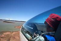 4415 / Flugzeugschlepp: AFRIKA, SUEDAFRIKA, 10.01.2007:Flugplatz Gariepdam, Flugzeugschlepp, Start, Duo Discus, Cessna 182,