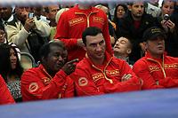 Weltmeister Wladimir Klitschko (UKR) schaut mit Trainer Emanuel Steward beim Training von Samuel Peter (NIG) zu