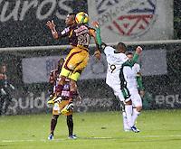 BOGOTA - COLOMBIA- 1-06 -2013: Hinestroza (Der) jugador de Equidad, disputa el balón con Danovis Banguero(Izq) del   Tolima  durante partido en el estadio de Techo  de la ciudad de Bogotá, junio 1 de 2013. partido por la  fecha Diez y ocho  de la Liga Postobon I. (Foto: VizzorImage / . Hinestroza(Der) Equity player, fights for the ball with Danovis Banguero (L) of Tolima during party in the stadium roof in the city of Bogotá, June 1, 2013. match the date of Eighteen League Europa League I.<br /> VizzorImage / Felipe Caicedo / Staff