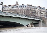 January 25 2018, Paris, France - Water Seine begins to rise and reached the knees of the Zouave at Pont de l'Alma in Paris. # CRUE DE LA SEINE A PARIS