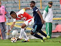 BOGOTA - COLOMBIA - 01 - 03 - 2018: William Tesillo (Izq.) jugador de Independiente Santa Fe disputa el balón con Brayan Angulo (Der.) jugador de Emelec (ECU), durante partido entre Independiente Santa Fe (COL) y Emelec (ECU), de la fase de grupos, grupo 4, fecha 1 de la Copa Conmebol Libertadores 2018, jugado en el estadio Nemesio Camacho El Campin de la ciudad de Bogota. / William Tesillo (L) player of Independiente Santa Fe vies for the ball with Brayan Angulo (R) player of Emelec (ECU), during a match between Independiente Santa Fe (COL) and Emelec (ECU), of the group stage, group 4, 1st date for the Conmebol Copa Libertadores 2018 at the Nemesio Camacho El Campin Stadium in Bogota city. Photo: VizzorImage  / Luis Ramirez / Staff.