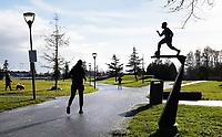 Nederland  Amsterdam   Jan. 2021.  Nelson Mandelapark. Beeld van Steven (Steve) van Dorpel. Voetballer uit de Bijlmer.  Buiten sporten tijdens lockdown. Foto Berlinda van Dam / HH / ANP.