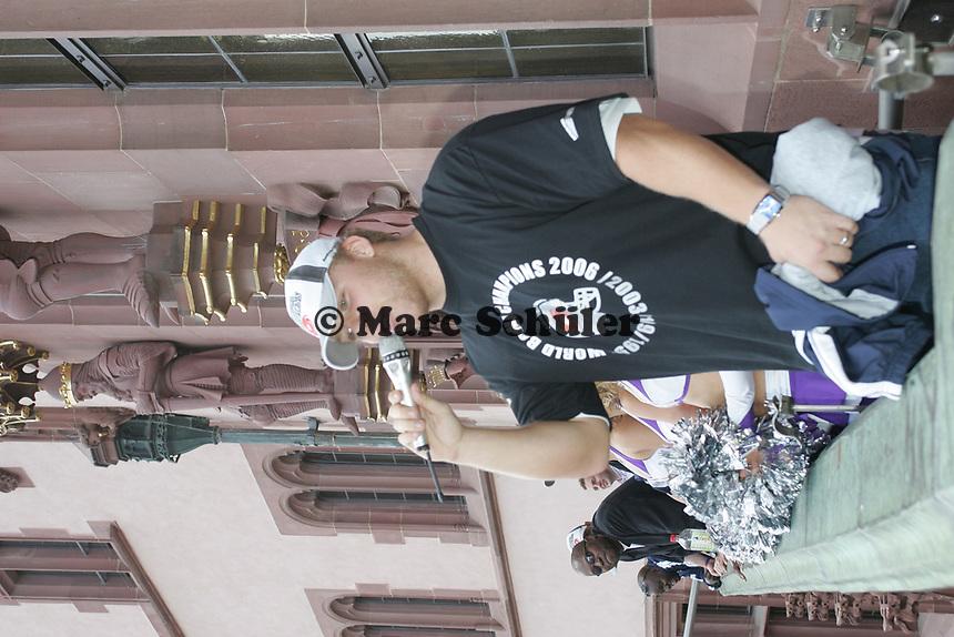 Martin Latka (Fullback Frankfurt Galaxy)  auf dem Balkon des Roemer