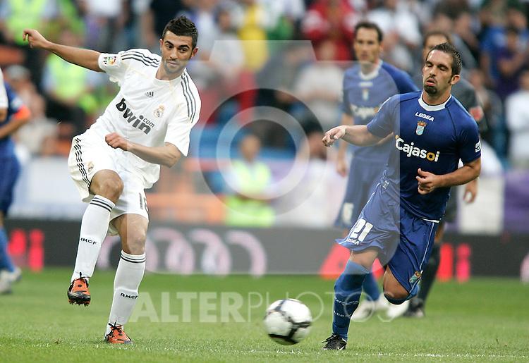 Real Madrid's Raul Albiol against Xerez's Maldonado during La Liga match. September 20, 2009. (ALTERPHOTOS/Alvaro Hernandez).