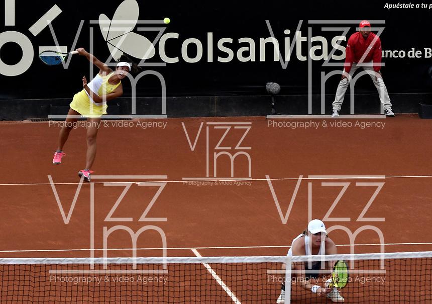 BOGOTÁ-COLOMBIA, 13-04-2019: Hayley Carter (EE. UU.) y Ena Shibahara (EE. UU.), juegan un punto en su partido contra Astra Sharma (AUS) y Zoe Hives (AUS), durante partido por la final de dobles del Claro Colsanitas WTA, que se realiza en el Carmel Club en la ciudad de Bogotá. / Hayly Carter (USA) and Ena Shibahara (USA), play a point in their match against Astra Sharma (AUS) y Zoe Hives (AUS), during the match for the doubles final of Claro Colsanitas WTA, which takes place at Carmel Club in Bogota city. / Photo: VizzorImage / Luis Ramírez / Staff.
