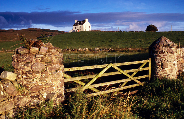 Europe, Great Britain, Scottland, Isle of Arran, landscape with farmhouse.- Europa, Grossbritannien, Schottland, Isle of Arran, Landschaft mit Bauernhaus.2003._Copyright: Dorothea Schmid / Agentur laif(Bildtechnik: sRGB, 53.29 MByte vorhanden)
