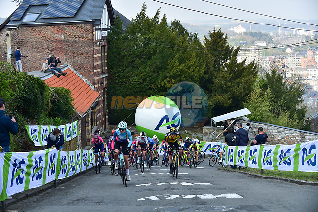 The peloton climb Mur de Huy during the 2021 Flèche-Wallonne Femmes, running 130.2 km from Huy to Huy, Belgium. 21st April 2021.  <br /> Picture: A.S.O./Gautier Demouveaux | Cyclefile<br /> <br /> All photos usage must carry mandatory copyright credit (© Cyclefile | A.S.O./Gautier Demouveaux)
